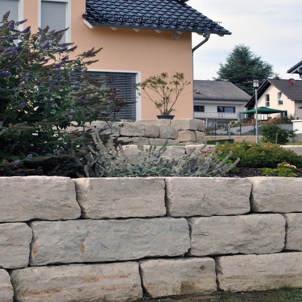 Trockenmauer_Haushintergrund_und fremde Haeuser